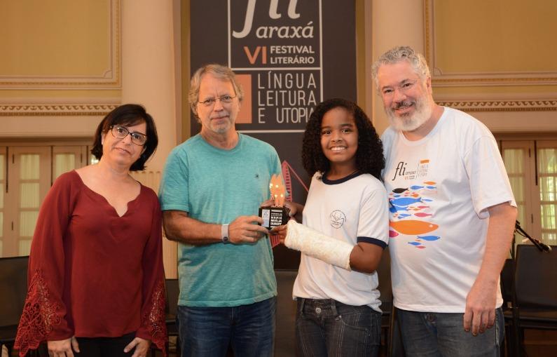 Mia Couto participa da entrega do prêmio de redação em 2017
